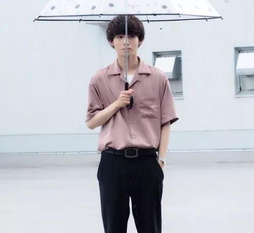 粉色衬衫+白色T恤