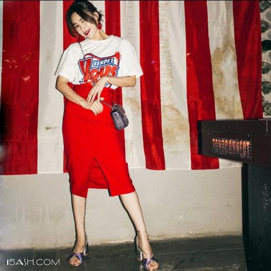 红色的半身裙和T恤