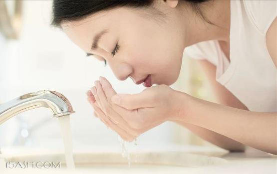 清晨不要用洗面奶洗脸