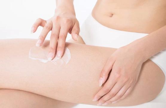 洗澡后使用润肤乳涂抹身体