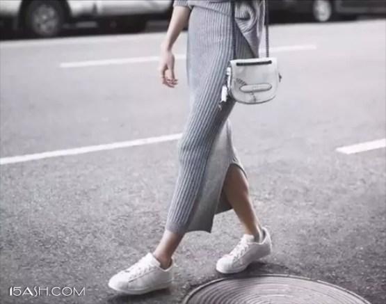 开衩毛衣裙+小白鞋
